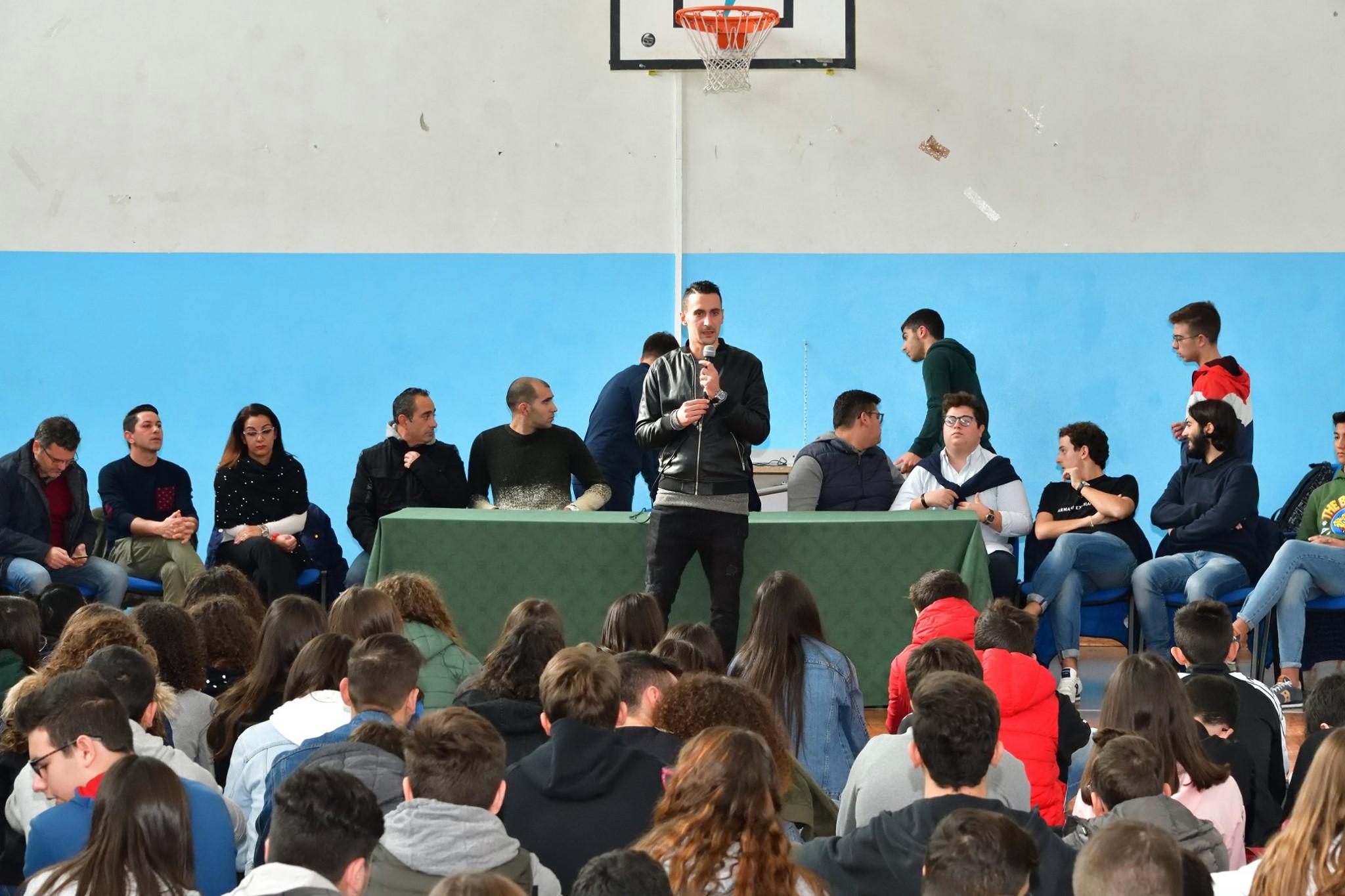"""I Carabinieri e la comunità """"Nuovi Orizzonti"""" a scuola"""